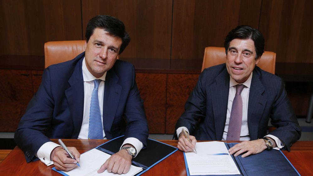 Foto: Fotografía facilitada por Sacyr de su presidente y consejero delegado, Manuel Marique (d), y el presidente ejecutivo de Merlín Properties, Ismael Clemente. (EFE)