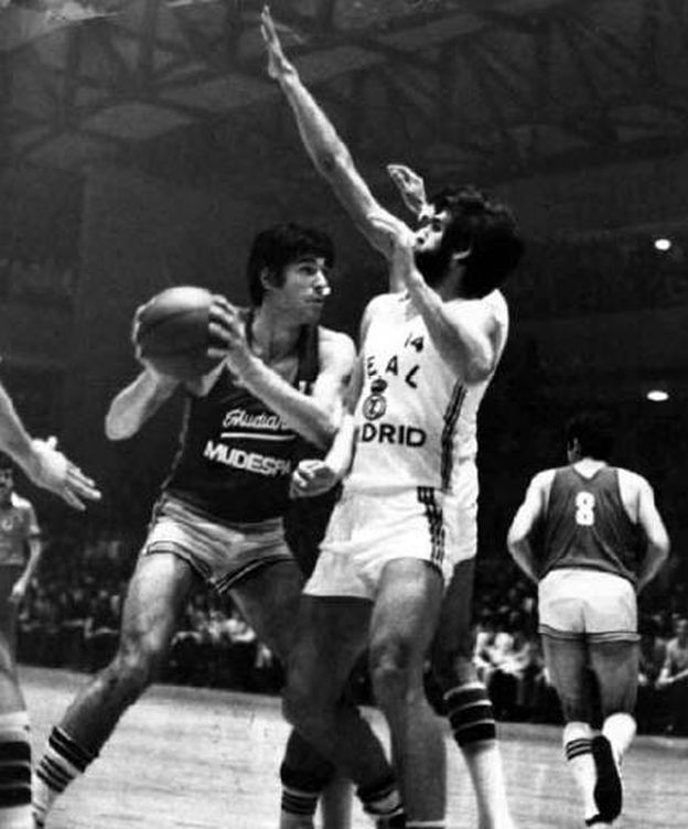 Foto: Fernando Martín y Juanma López Iturriaga en el segundo derbi madrileño de la temporada 1980-81. (Club Estudiantes)