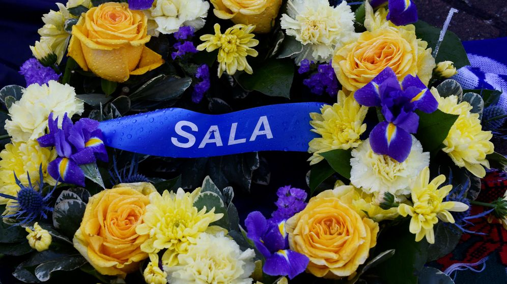Foto: Flores en el partido del Cardiff por Emiliano Sala. (Reuters)