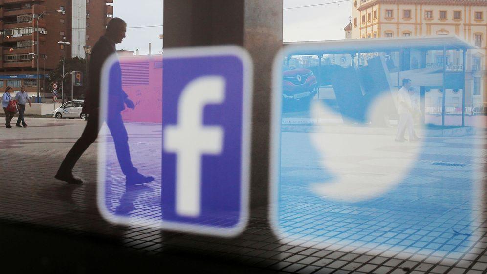 Foto: Los logos de Facebook y Twitter en una tienda de Málaga (Reuters)