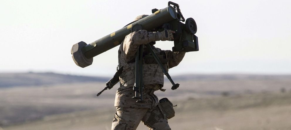 Foto: Un suboficial de caballería transporta un sistema de lanzamiento de misiles anticarro Spike. (EFE)