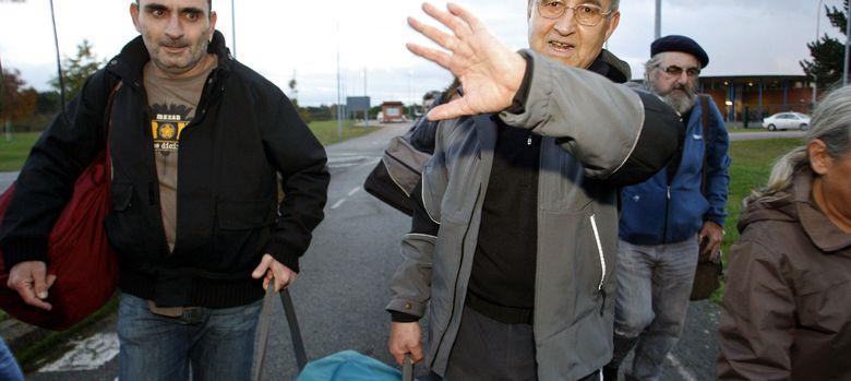 Foto: El etarra Domingo Troitiño (c), a su salida de la prisión de Teixeiro (A Coruña) (EFE)