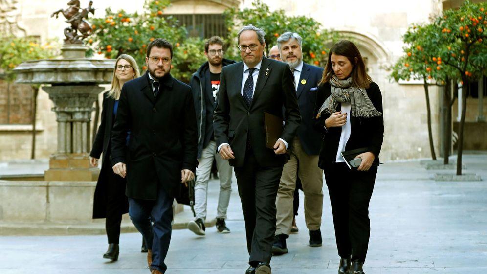 Foto: El presidente de la Generalitat, Quim Torra, en el centro, junto a la plana mayor del Govern. (EFE)