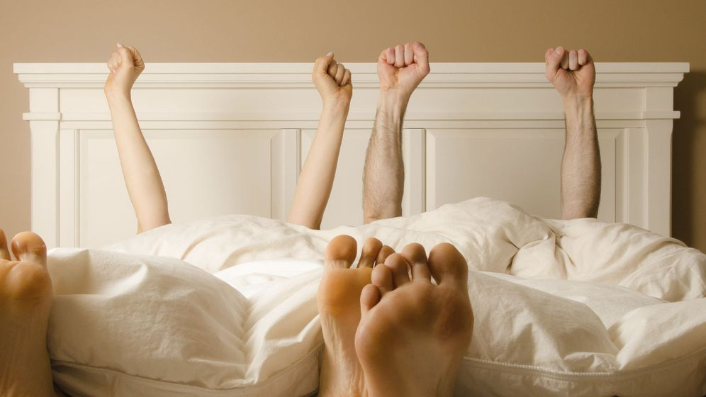 Juegos sexuale en la cama hombre y mujer