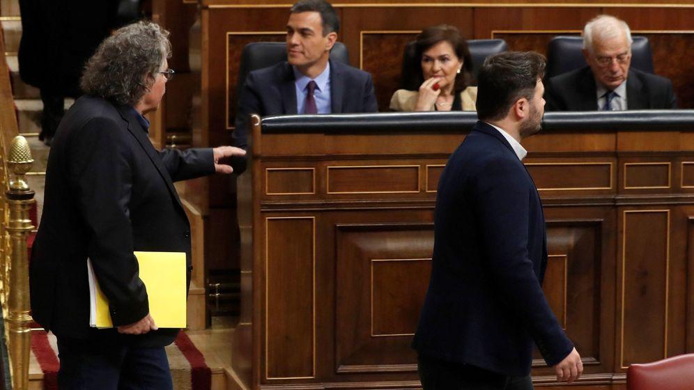 Foto: Los diputados de ERC Joan Tardà (i) y Gabriel Rufián (d) pasan ante el presidente del Gobierno, Pedro Sánchez, y la vicepresidenta, Carmen Calvo. (EFE)