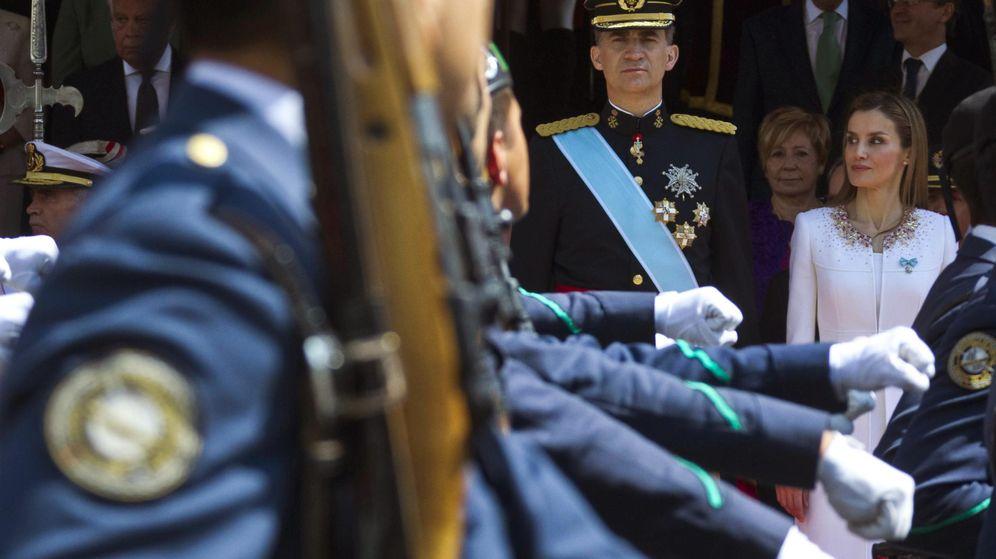 Foto: El Rey Felipe VI junto a la Reina Letizia su primer desfile militar a las puertas del Congreso de los Diputados tras su proclamación. (Efe)
