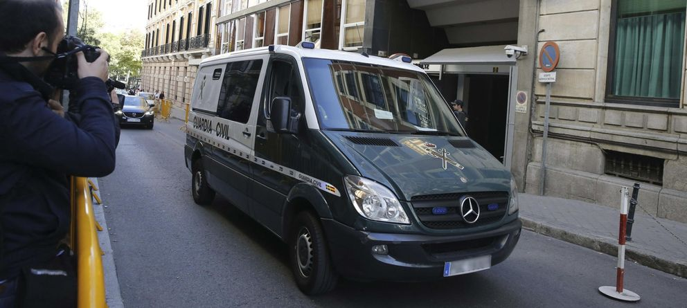 Foto: Un furgón de la Guardia Civil traslada desde la Audiencia Nacional a detenidos en la Operación Púnica (Efe)