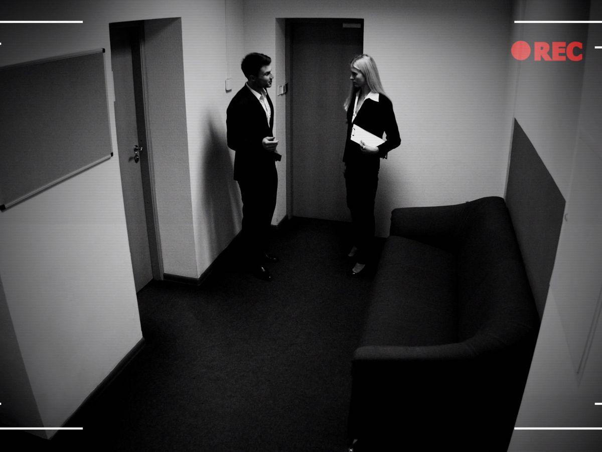 Foto: Trabajadores grabados por una cámara CCTV en la oficina (iStock)