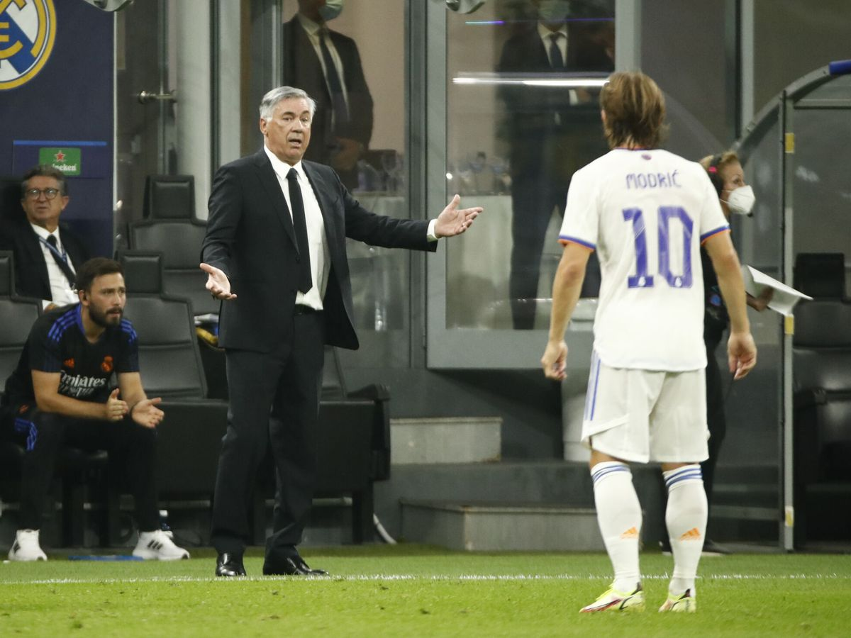 Foto: Carlo Ancelotti da órdenes a Luka Modric. (Reuters)