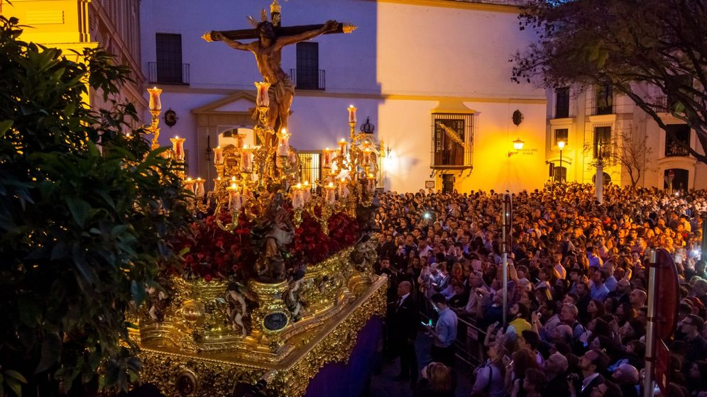 Foto: El Cristo de la Hermandad del Museo, al comienzo de su estación de penitencia, en la noche del Lunes Santo en Sevilla. (EFE)