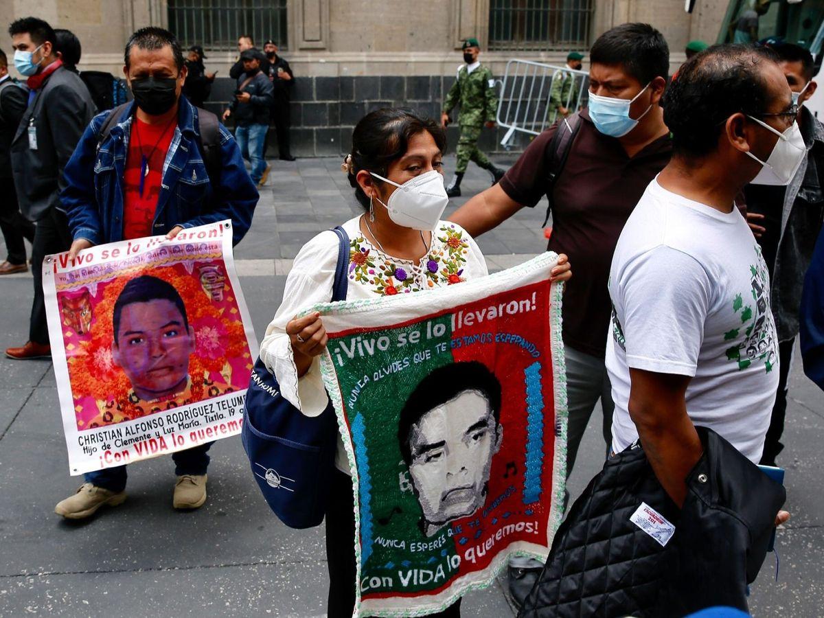 Foto:  Padres de los 43 jóvenes desaparecidos de Ayotzinapa salen del Palacio Nacional este martes. (EFE)
