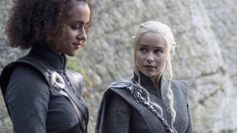Imagen del cuarto capítulo de la séptima temporada con Daenerys y Missandei compartiendo confidencias
