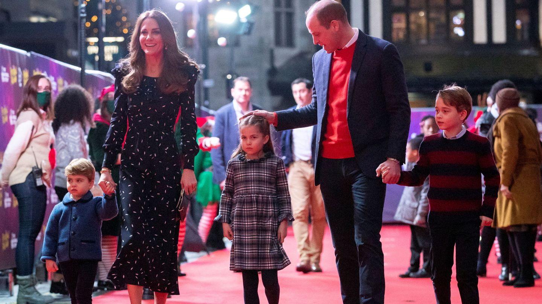 Los duques de Cambridge con sus hijos. (Reuters)