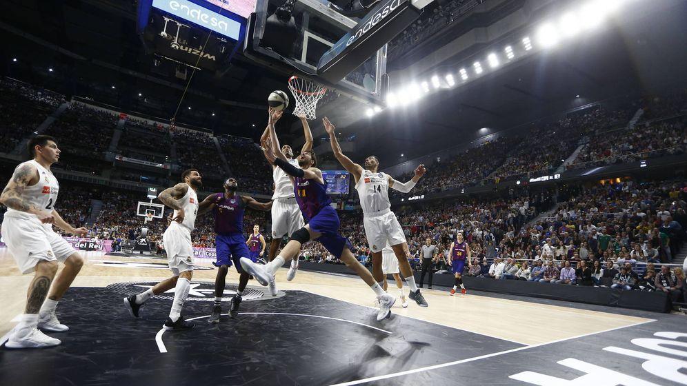 Foto: La acción en la que los árbitros pitaron tapón ilegal de Randolph a Tomic en la última final de Copa del Rey. (Foto: ACB Photo)