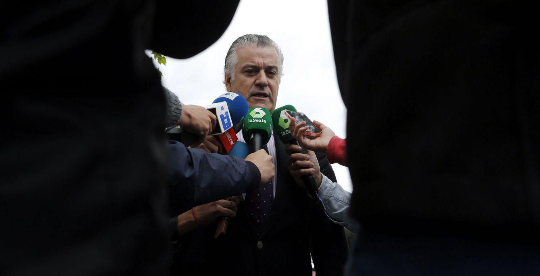 El extesorero del PP Luis Bárcenas atiende a los medios a su llegada a los Juzgados de Plaza de Castilla. (EFE)