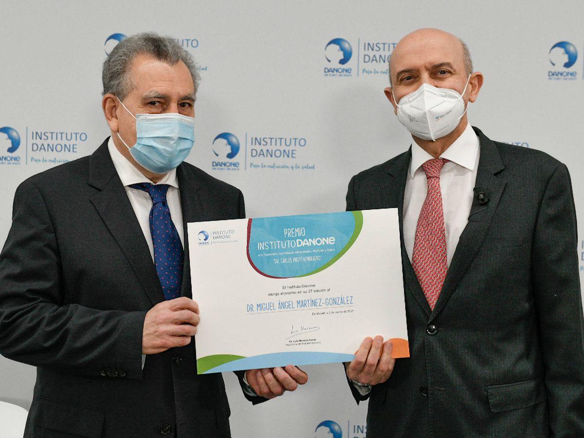 Foto: A la derecha, Miguel Ángel Martínez-González recibe el galardón ayer por su estudio sobre dieta mediterránea y covid.