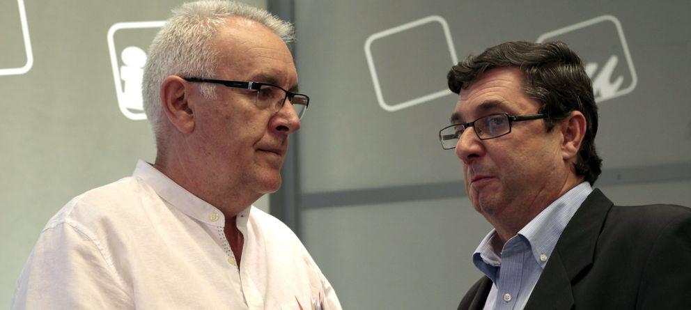 Foto: El coordinador general de Izquierda Unida, Cayo Lara, junto al portavoz de IU en el Congreso, José Luis Centella (EFE)