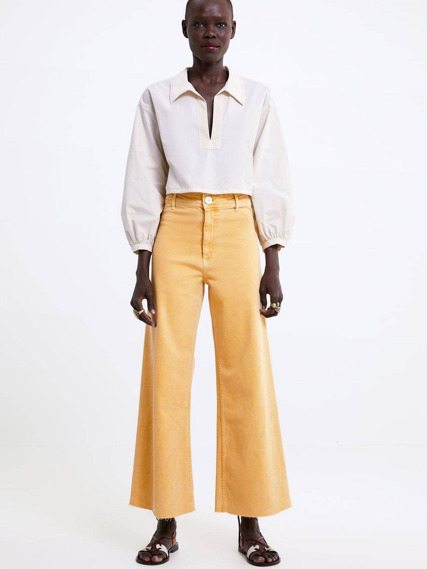 El pantalón amarillo que Sara tiene está todavía disponible en la shop online de Zara. (Cortesía)