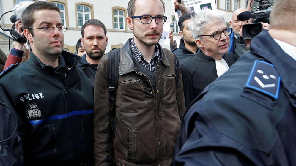 Foto: Antoine Deltour (C), a su llegada al juicio por el caso LuxLeaks. (Reuters)
