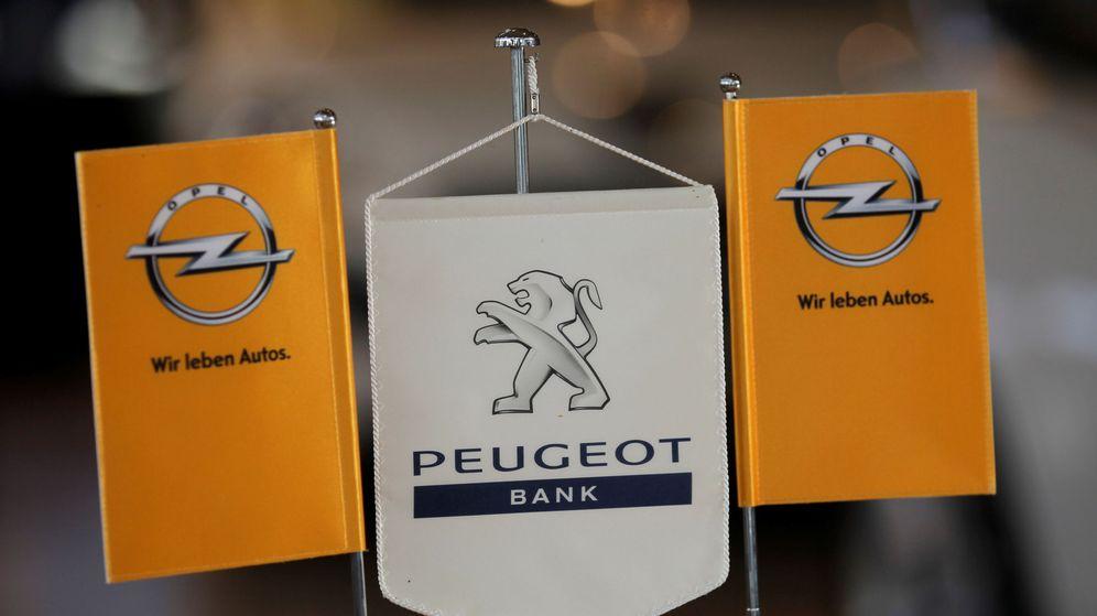 Foto: Logos de Opel y Peugeot. (Reuters)