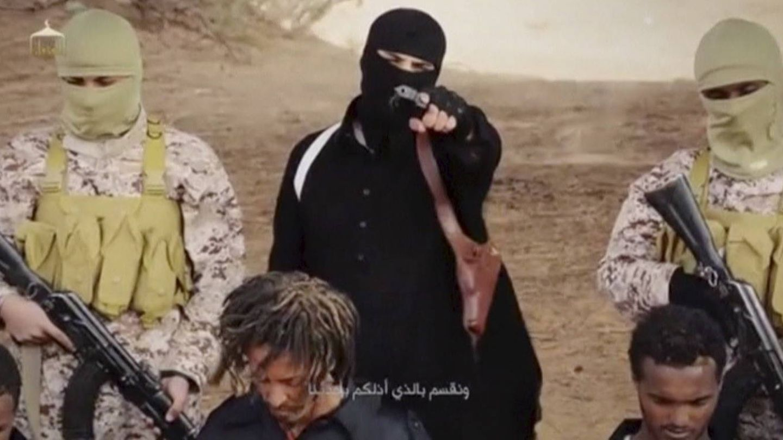 Un miliciano del ISIS, durante una supuesta ejecución de cristianos etíopes en Wilayat Fazzan. (Reuters)