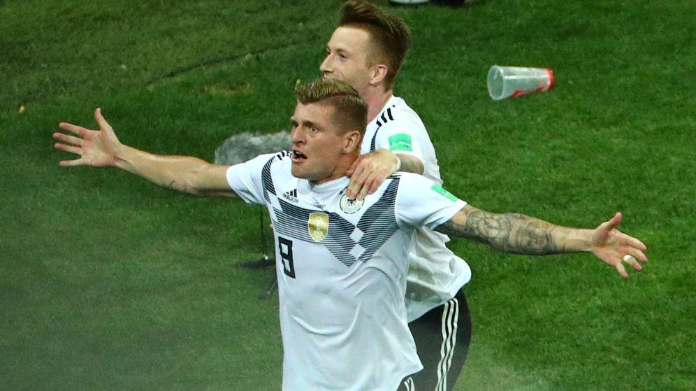 Foto: Toni Kroos celebra junto a Marco Reus el gol de la victoria de Alemania ante Suecia. (Reuters)