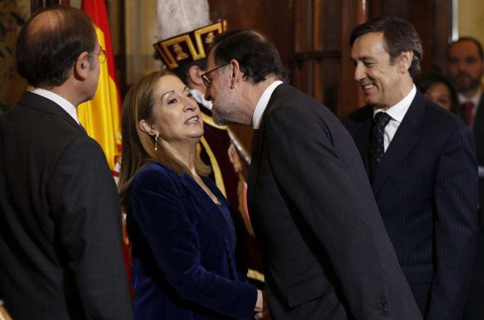 Foto: Mariano Rajoy besa a la presidenta del Congreso, Ana Pastor, en presencia del presidente del Senado, Pío García-Escudero, este 6 de diciembre. (EFE)