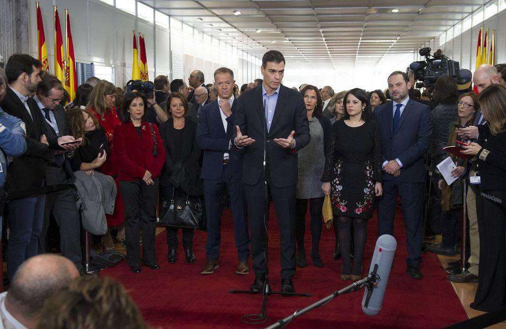 Foto: Pedro Sánchez, con Margarita Robles, Ander Gil, Adriana Lastra y José Luis Ábalos, en el Día de la Constitución, este 6 de diciembre en el Congreso. (PSOE)