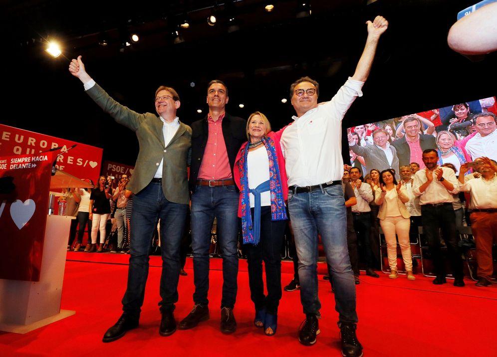 Foto: Pedro Sánchez, con Ximo Puig, Inmaculada Rodríguez-Piñero y Paco Sanguino, este 18 de mayo en Alicante. (EFE)