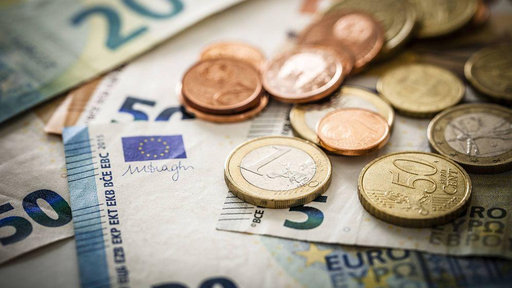 Foto: Varios billetes y monedas. (iStock)