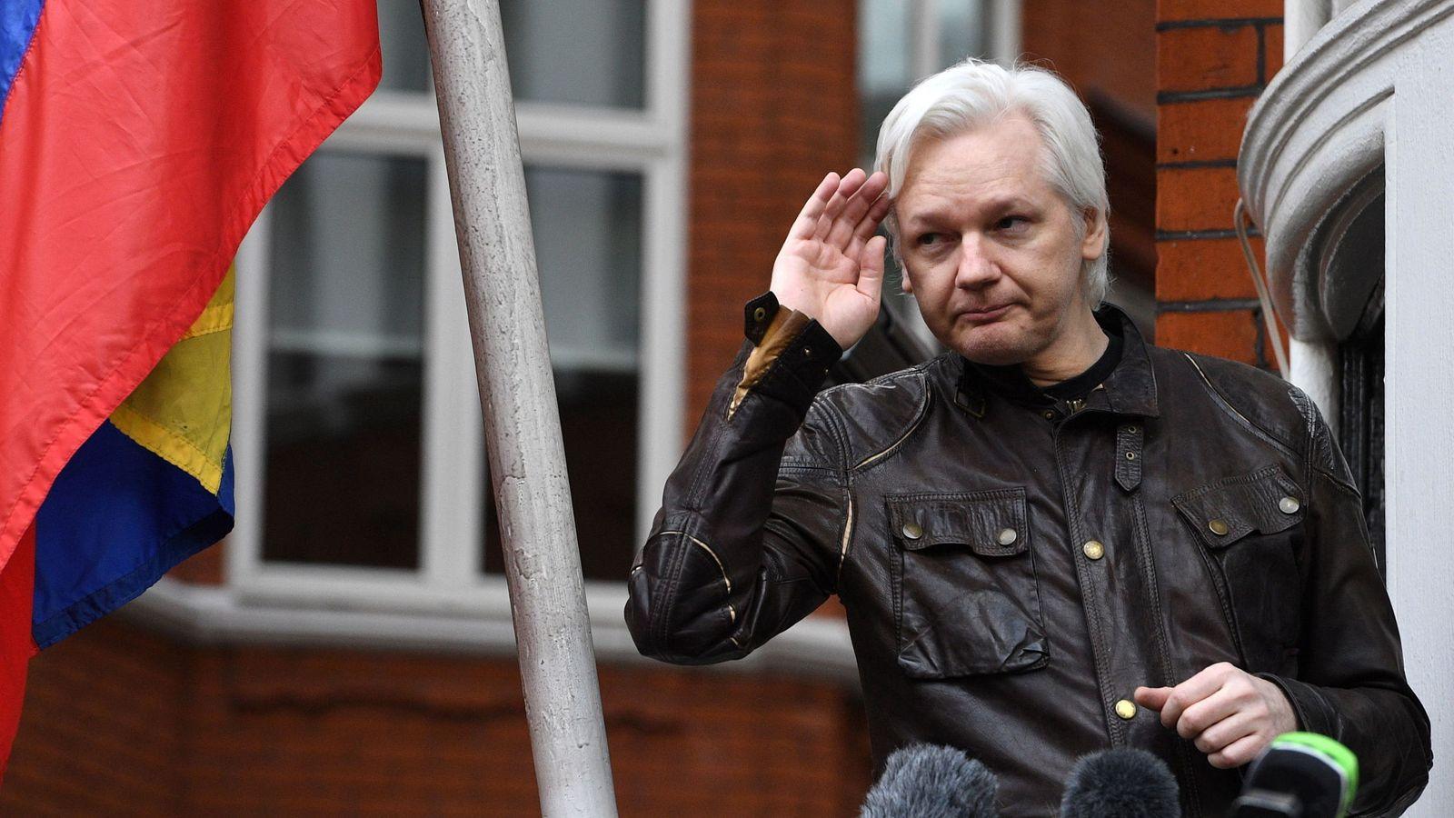 Foto: Julian Assange en el balcón de la Embajada de Ecuador, en mayo de 2017. (EFE)