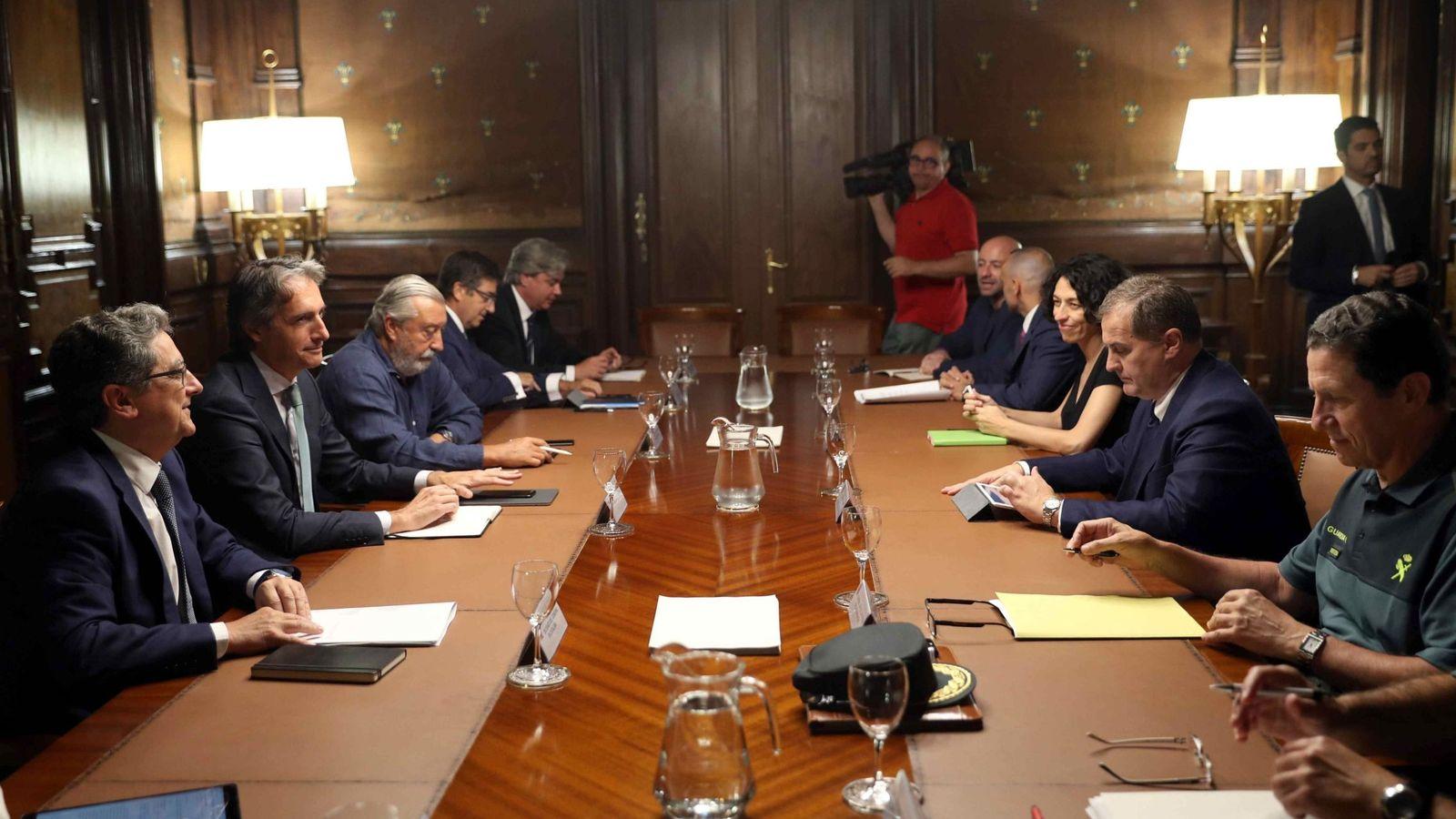 Foto: El Comité de Crisis para analizar las medidas a adoptar ante la huelga indefinida convocada en el Aeropuerto de El Prat. (EFE)