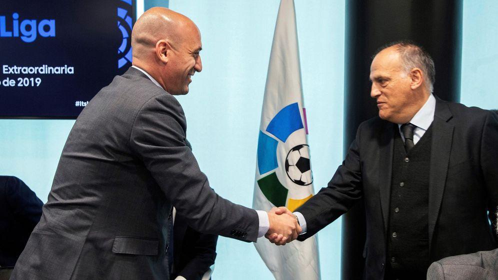 Foto: Luis Rubiales y Javier Tebas en la Asamblea de Clubes celebrada esta mañana en la sede de LaLiga. (EFE)