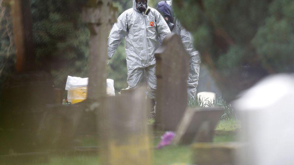 Foto: Miembros de los servicios de emergencia protegidos con trajes especiales examinan la tumba de Luidmila Skripal, la mujer del agente envenenado con Novichok en Salisbury. (Reuters)