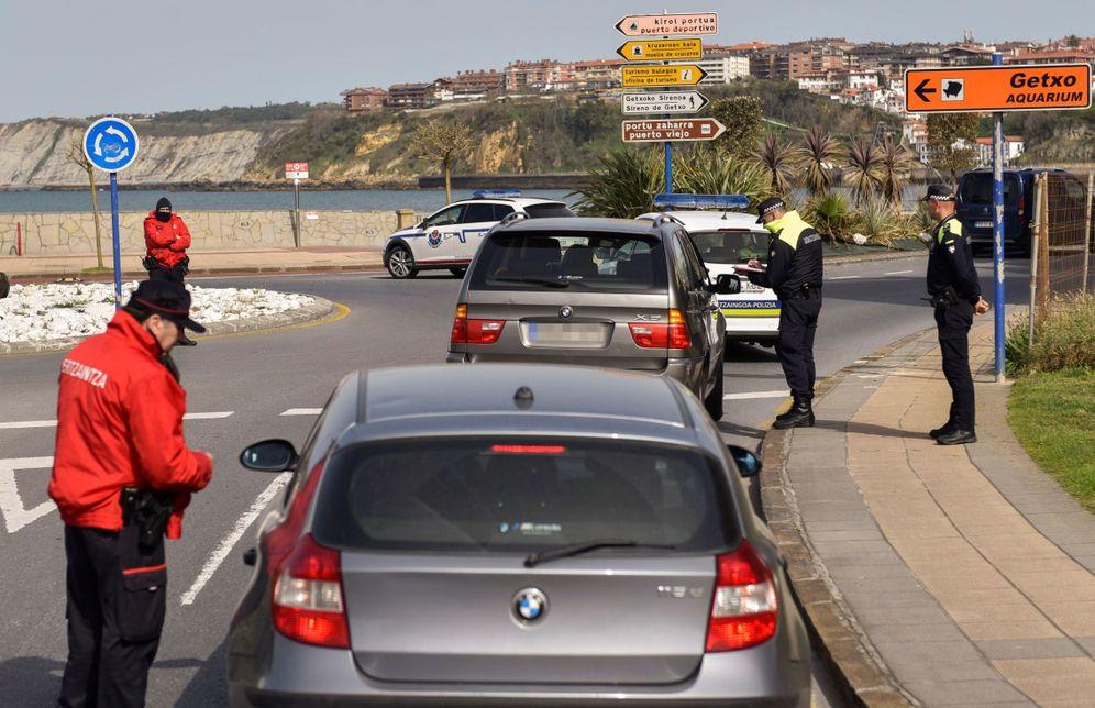 Foto: La Ertzaintza en un control policial de carretera este fin de semana para evitar que los ciudadanos se salten la reclusión. (EFE)