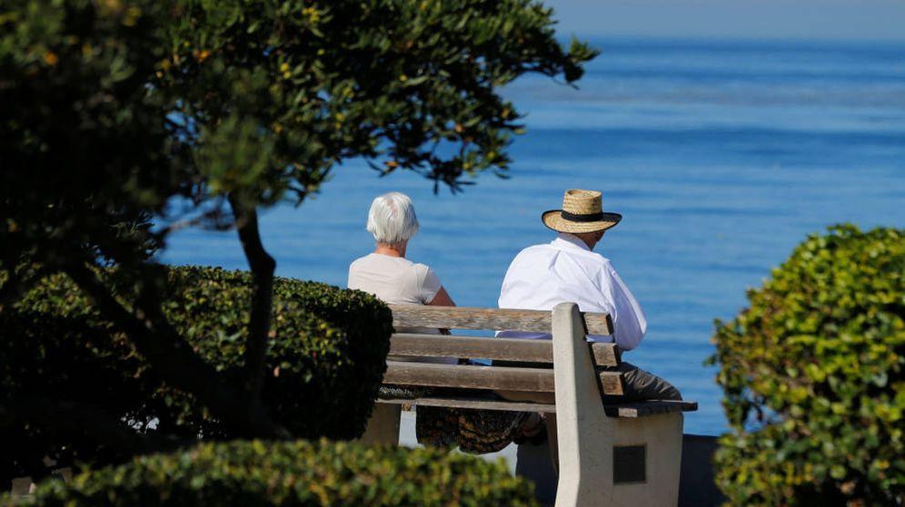 Foto: Unos jubilados mirando a la nada. (EFE)