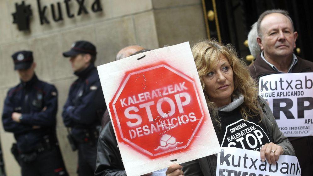 Foto: Miembros de Kaleratzeak Stop Desahucios e IRPH-STOP de Guipúzcoa participan en una concentración. (EFE)