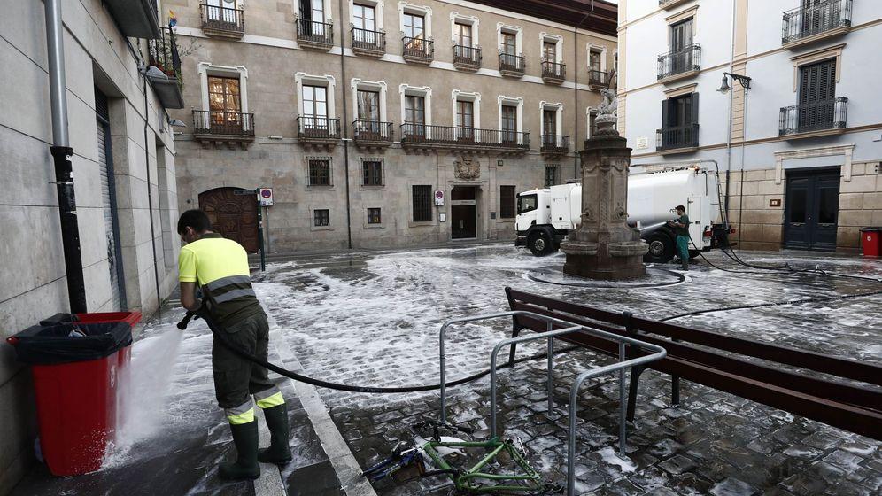Foto: Servicios de limpieza operando en Pamplona. (EFE)