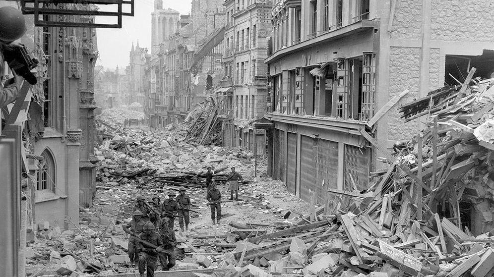 Foto: 07 1944: Las tropas canadienses patrullan a lo largo del destruida Rue Saint-Pierre después de que fuerzas alemanas fueron desalojados de Caen
