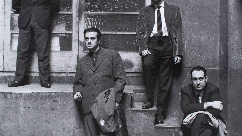 Jaime Gil de Biedma, Carlos Barral, José Agustín Goytisolo y Josep Maria Castellet en el vestíbulo de la editorial Seix Barral. (Foto: Oriol Maspons)