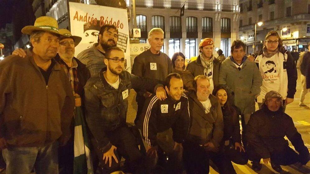 Foto: Diego Cañamero, arriba en el centro, junto a varios compañeros del Sindicato Andaluz de Trabajadores. (Twitter)