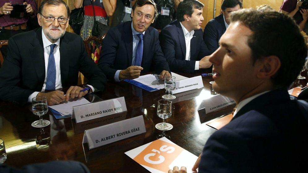 Foto: Mariano Rajoy y Albert Rivera, el domingo en la firma del acuerdo de investidura. (EFE)
