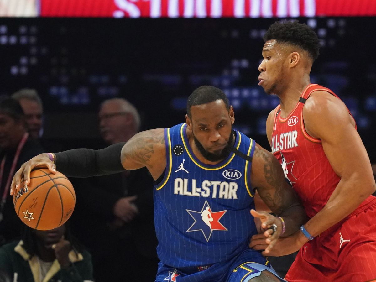 Foto: Lebron James y Giannis Antetokounmpo se disputan un balón en el All-Star Game. (Reuters)