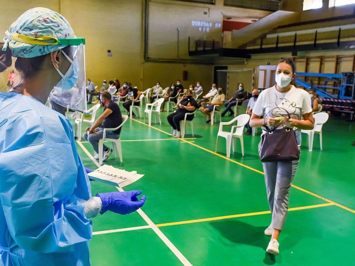 Foto: Personal del Servicio Andaluz de Salud realizan test rápidos a vecinos de la localidad sevillana de Utrera. (EFE)