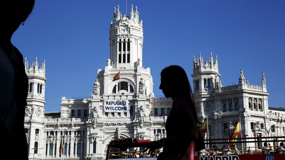 Foto: Turistas pasean frente al Palacio de Cibeles de Madrid. (EFE)