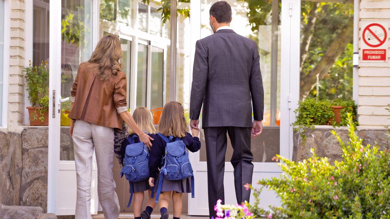 Foto: Los actuales Reyes llevando a sus hijas al colegio (Gtres)