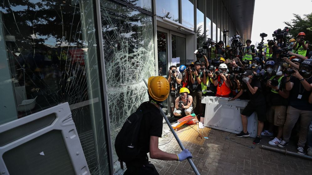 Foto: Varios activistas intentan romper la cristalera del Consejo Legislativo en Hong Kong (China) este lunes. (EFE)