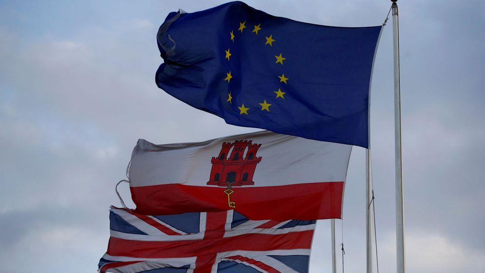 Foto: Las banderas de la Unión Europea, Gibraltar y Reino Unido ondean en el Peñón. (Reuters)