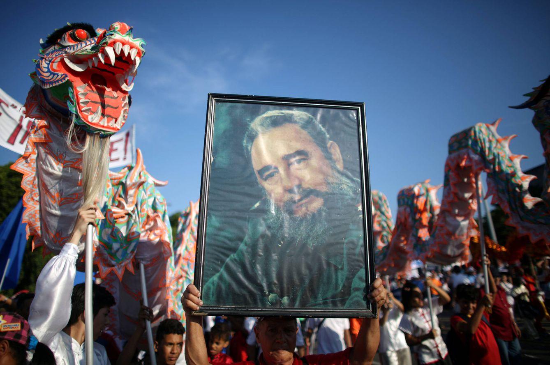 Foto: Cubanos muestran un retrato de Fidel Castro durante una manifestación del 1 de mayo en La Habana, Cuba (Reuters).
