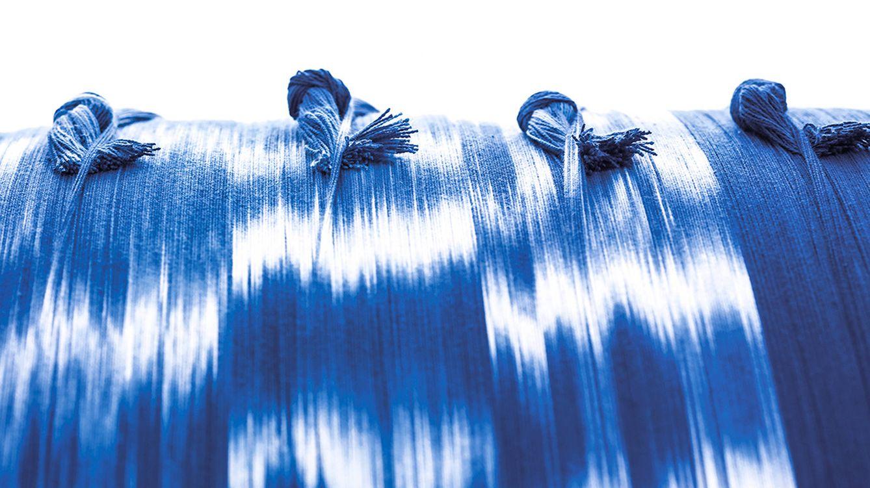 Foto: El ikat está considerada la técnica de decoración texti más antigua del mundo.El taller mallorquín de Teixits Vicens sigue esta tradición. (Fotografía: Pablo Zamora)